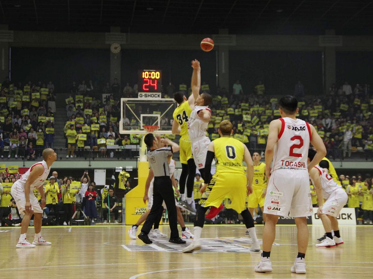 サンロッカーズ渋谷(黄色のユニホーム)は千葉ジェッツと開幕戦を戦う
