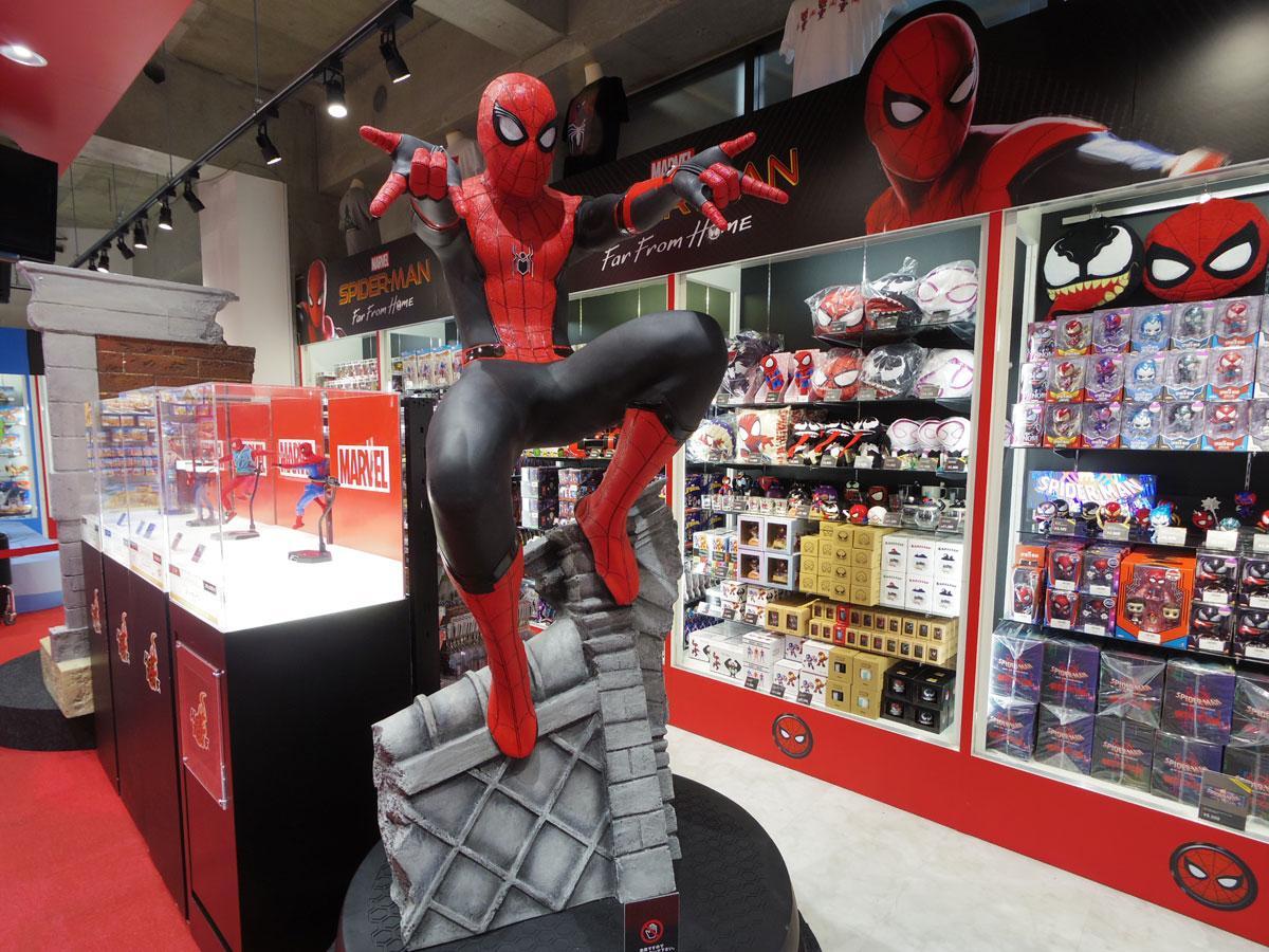 「スパイダーマン:ファー・フロム・ホーム」のスパイダーマン等身大スケールフィギュアやグッズ