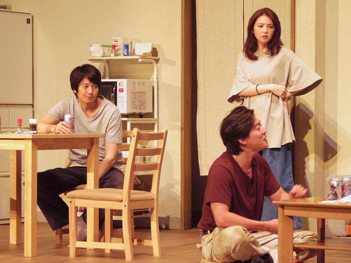向井理さん(左)と田中麗奈さん(右奥)演じる夫婦を中心とした人々の日常を描く