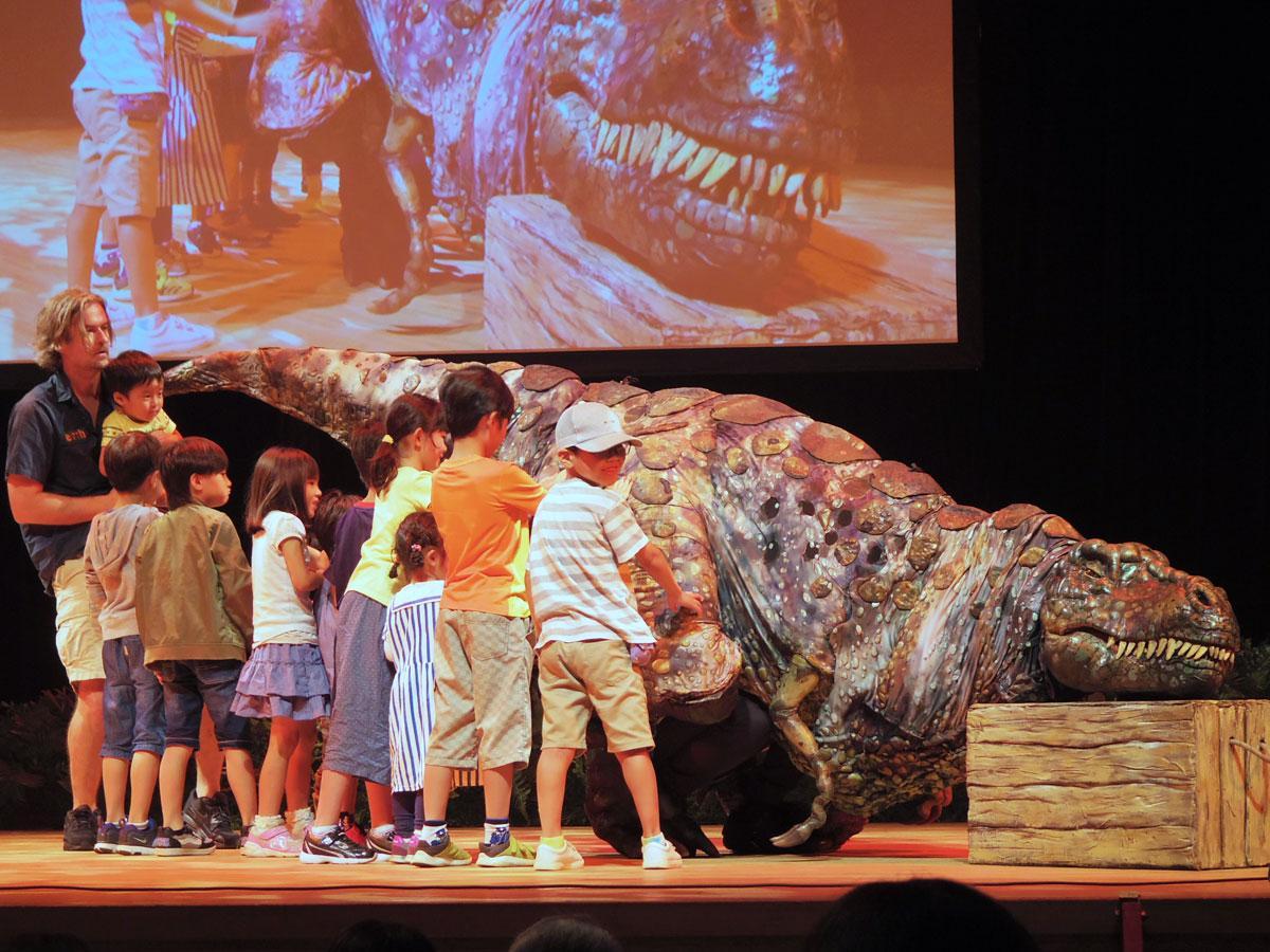 「ティラノサウルス」を間近に見ることもできる
