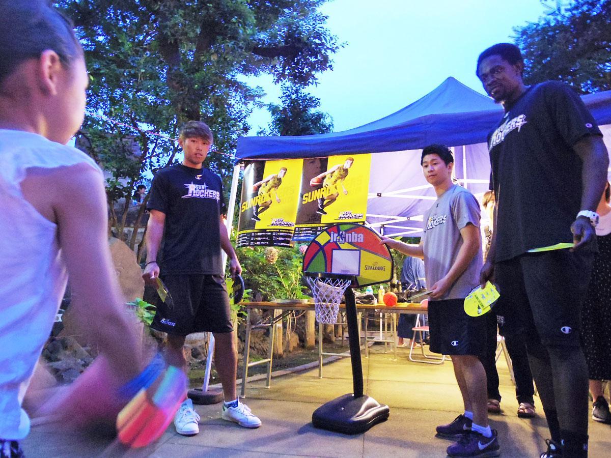 子どもたちとシュートゲームをしたファイ・サンバ選手(右)と関野剛平選手(左から2番目)
