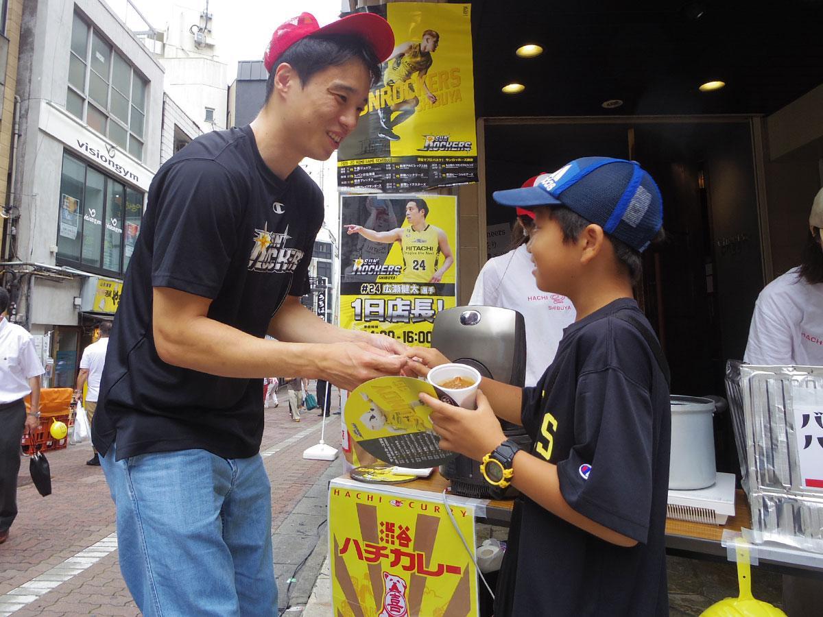 「一日店長」としてカレーを手渡すなどした広瀬健太選手(左)