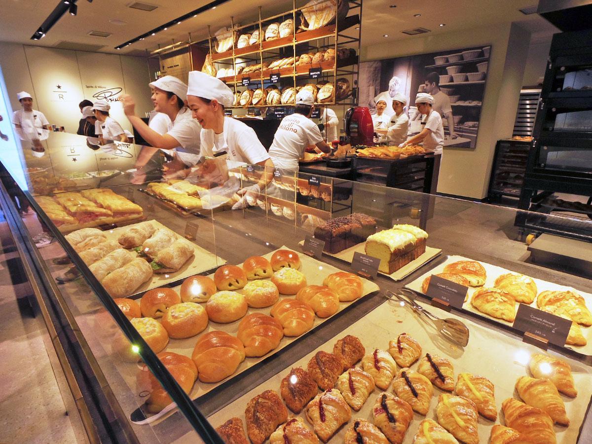 パンやペストリーが並ぶカウンター