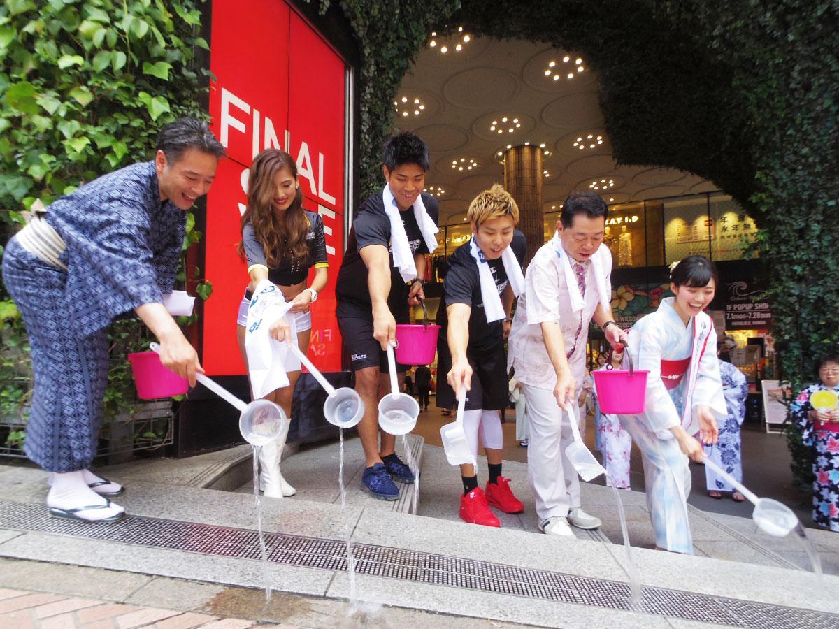 サンロッカーズ渋谷の選手やハクビ京都きもの学院の「ゆかたクイーン」らが参加した渋谷モディ前での打ち水