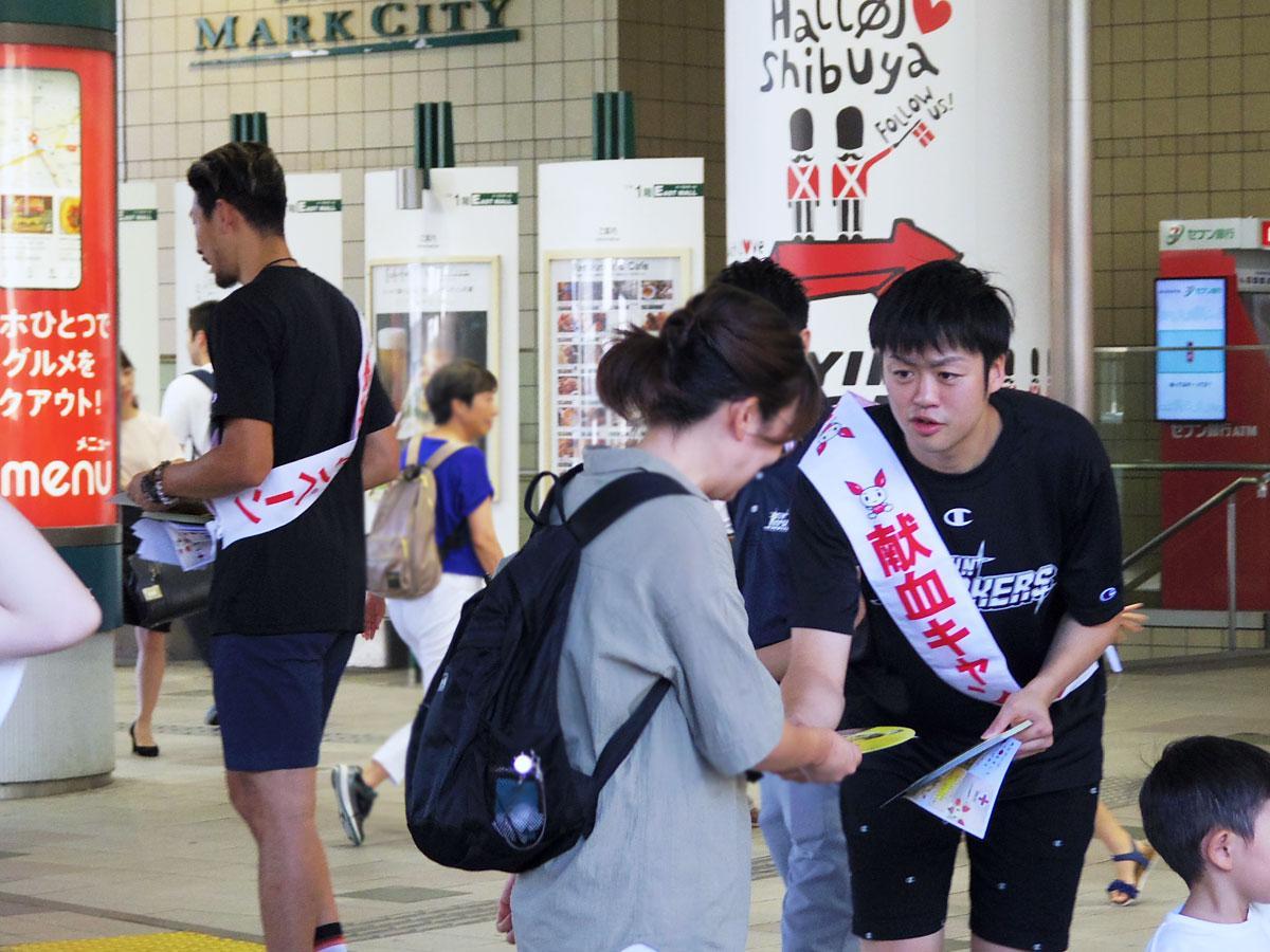 献血を呼び掛ける田渡修人選手(右)ら