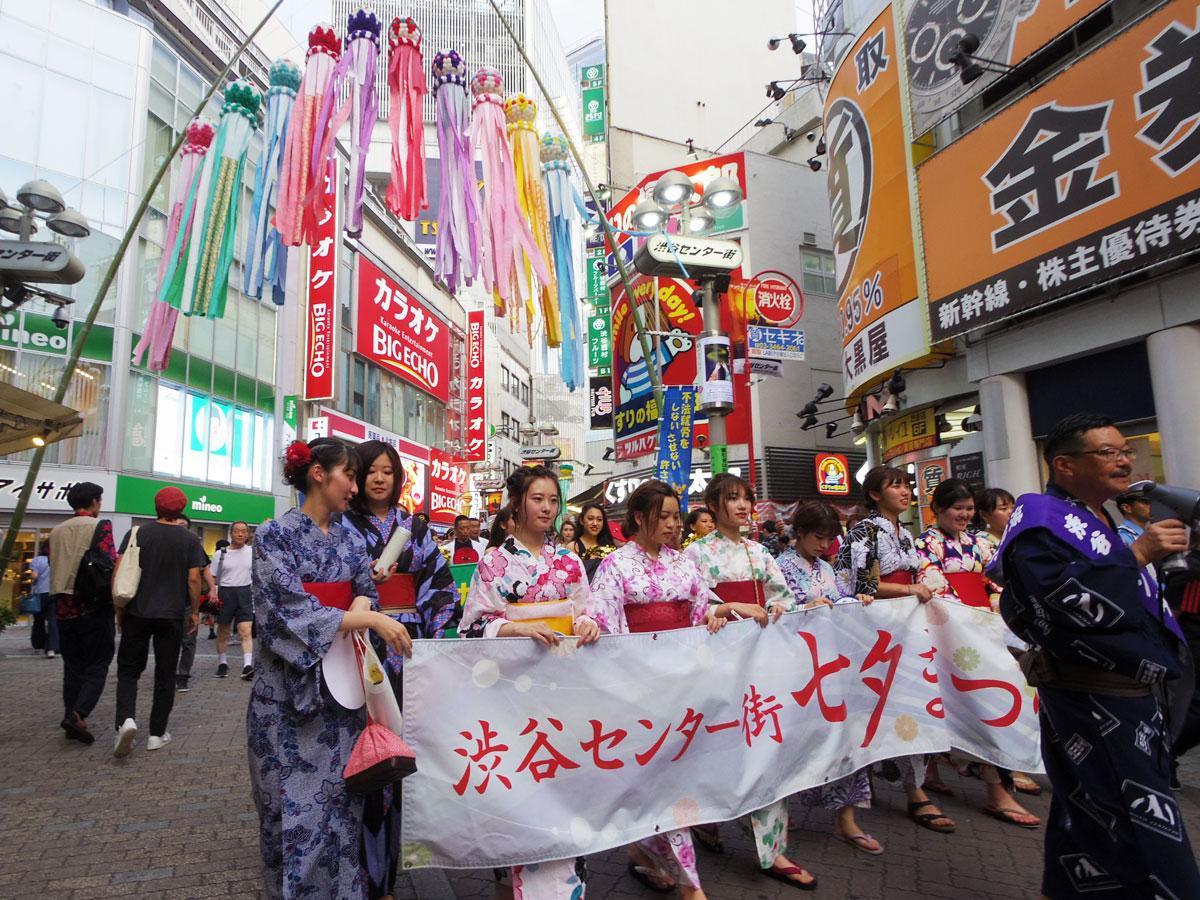 浴衣姿の女子大生たちが渋谷センター街をパレードした