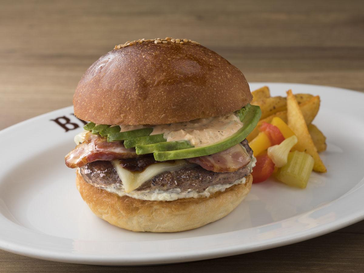 「ベーコンチーズアボカドバーガー」。改装に伴いパティの焼き方なども改良した