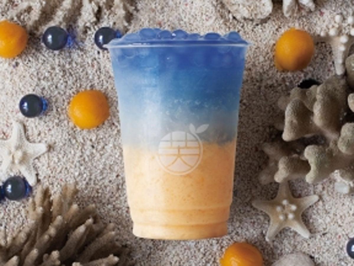 マンゴースムージーに牛乳やレモン、蜂蜜を加え青いタピオカをトッピングする「人魚の涙」(800円)