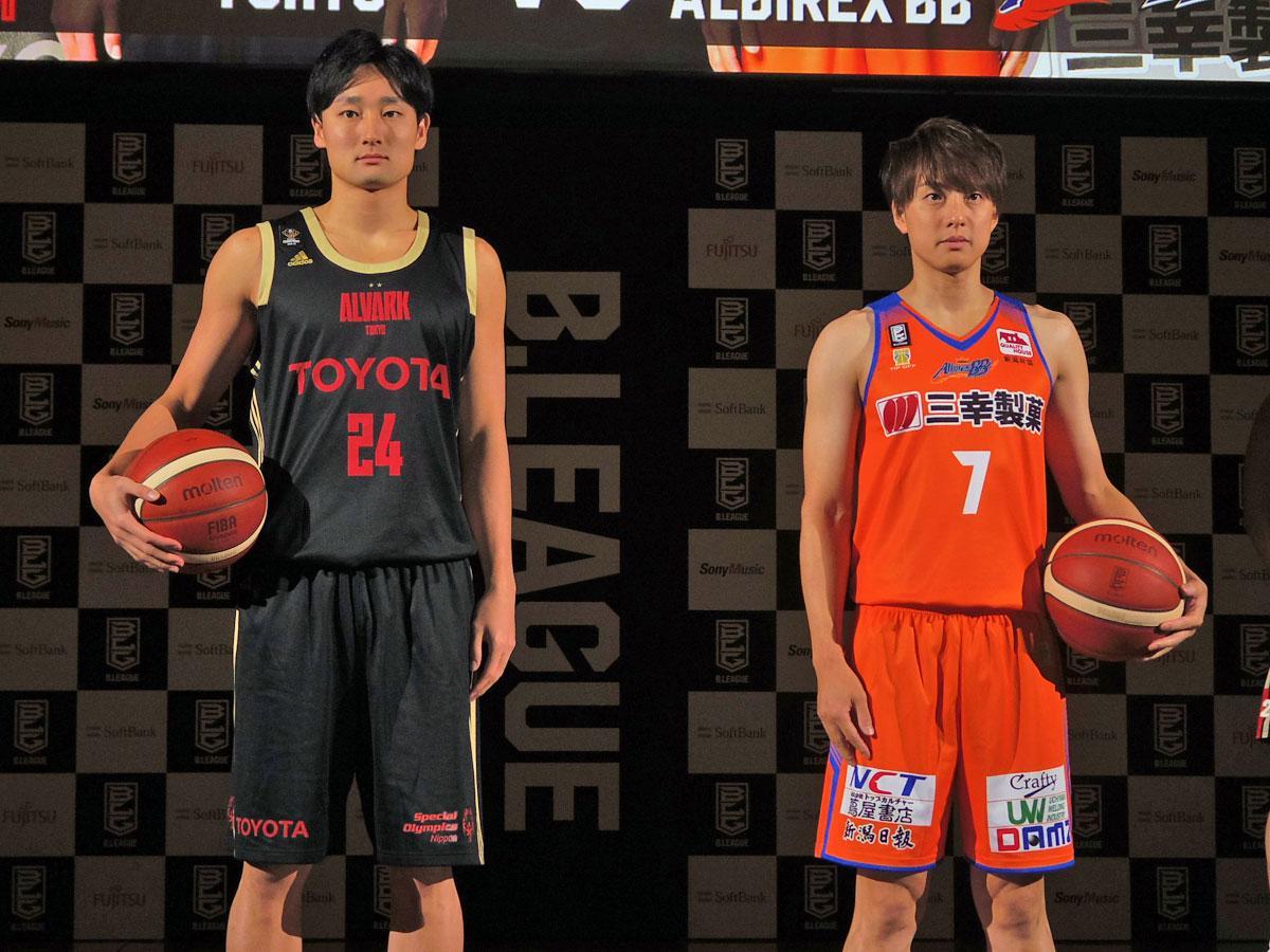 開幕戦を戦う(左から)アルバルク東京・田中大貴選手と新潟アルビレックスBB・五十嵐圭選手