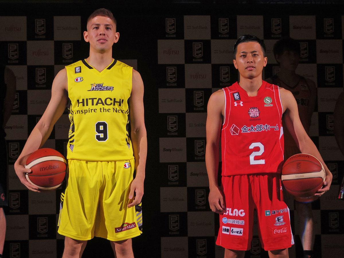 開幕戦を戦う(左から)サンロッカーズ渋谷のベンドラメ礼生選手と千葉ジェッツの富樫勇樹選手