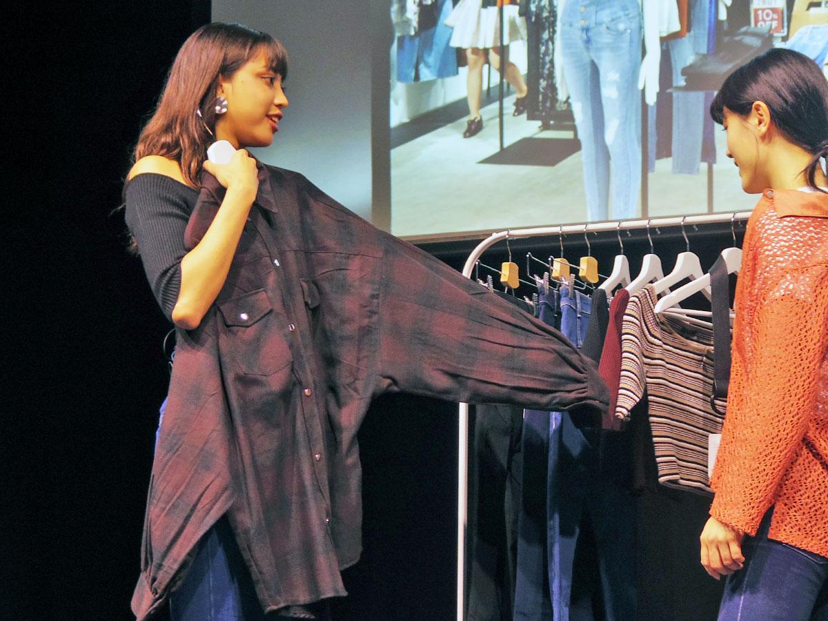 優勝した「EMODA」パニラガオ パオリンさんは自分に洋服を当てるなどして接客した