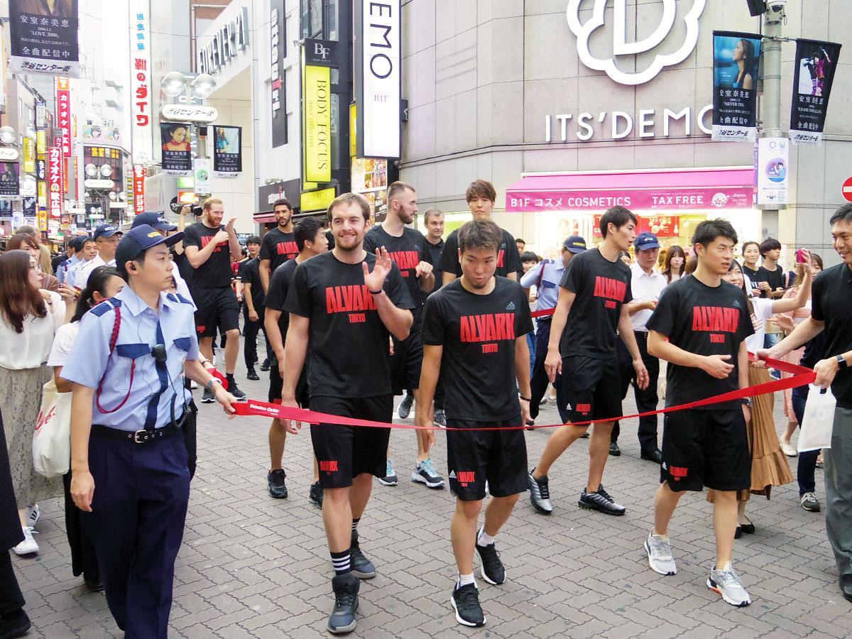 4年連続でバスケ通りをパレードしたアルバルク東京