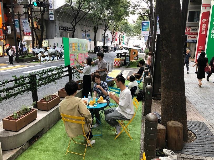 宮益坂で行われた「Park(ing) Day」の様子。道を挟んで2カ所で行われた(写真=北側のスペース)
