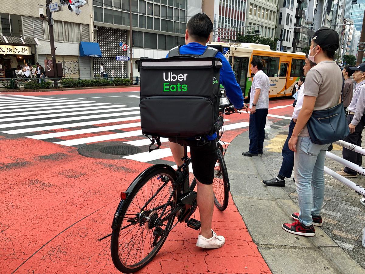渋谷の街なかを移動する「Uber Eats」の配達パートナー