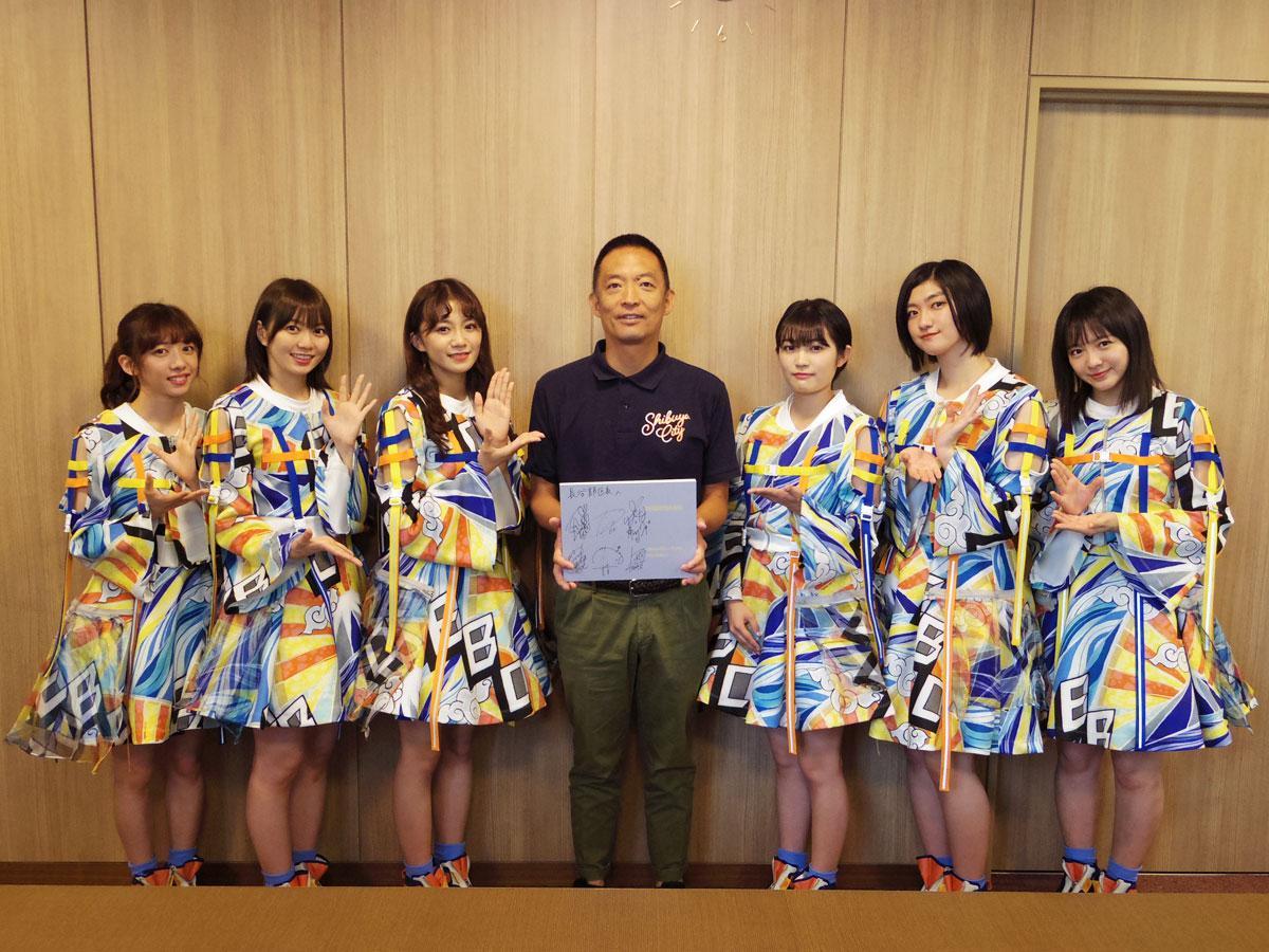 長谷部健渋谷区長(中央)を表敬訪問した私立恵比寿中学のメンバーたち