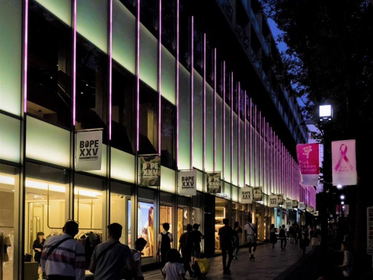 ピンク色にライトアップする表参道ヒルズ(写真は昨年の様子)