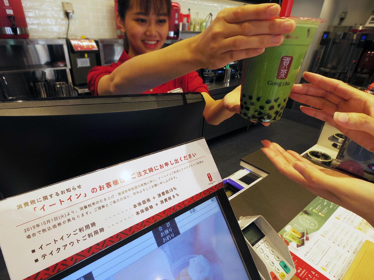 店内に消費税に関する知らせを掲出し対応する「ゴンチャ原宿表参道セカンド店」