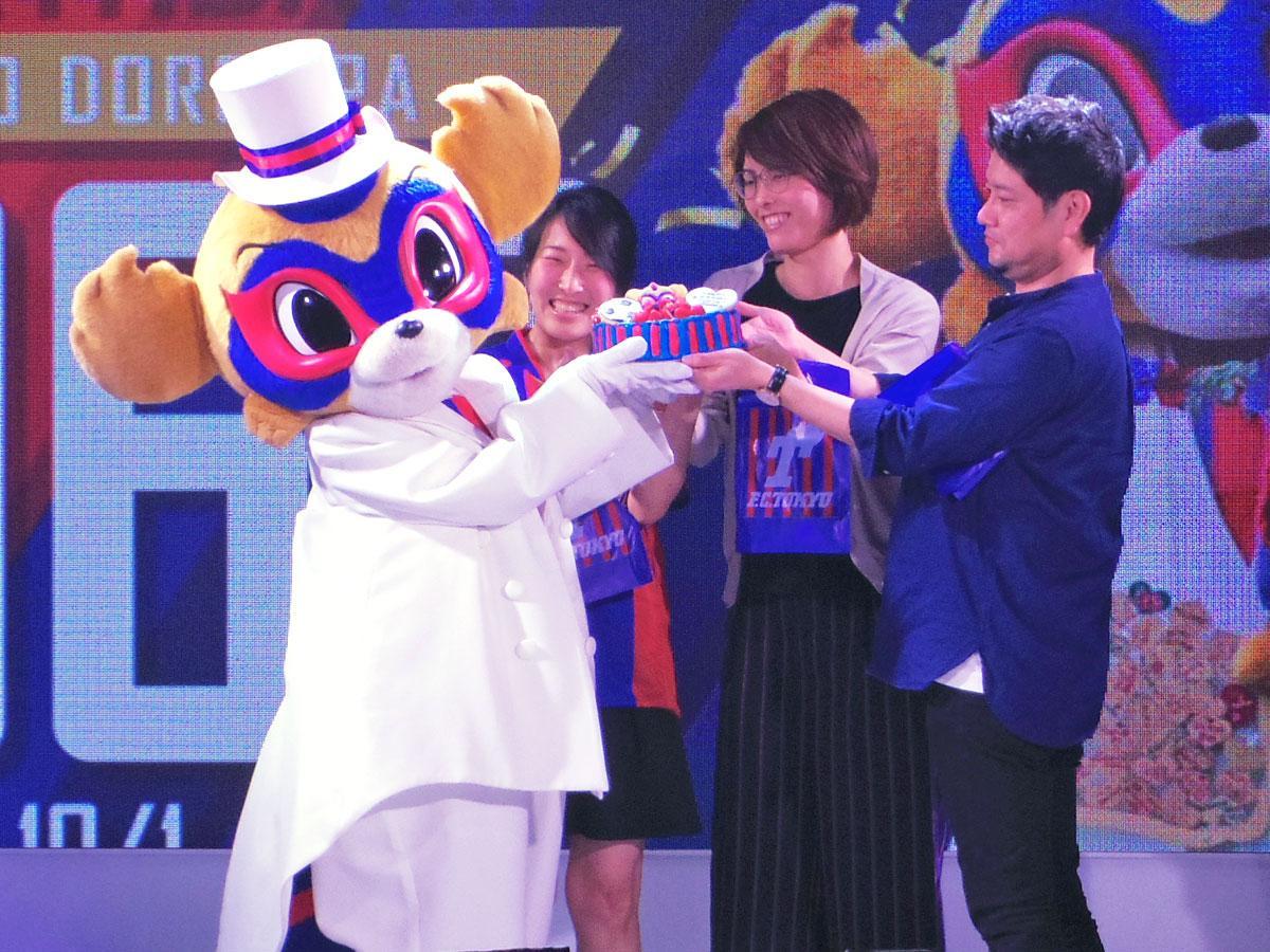 ファンから誕生日ケーキを受け取る東京ドロンパ(左)