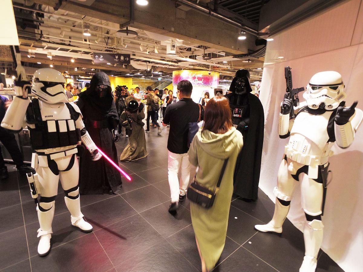 渋谷ロフトに来店したファンを出迎えたキャラクターたち