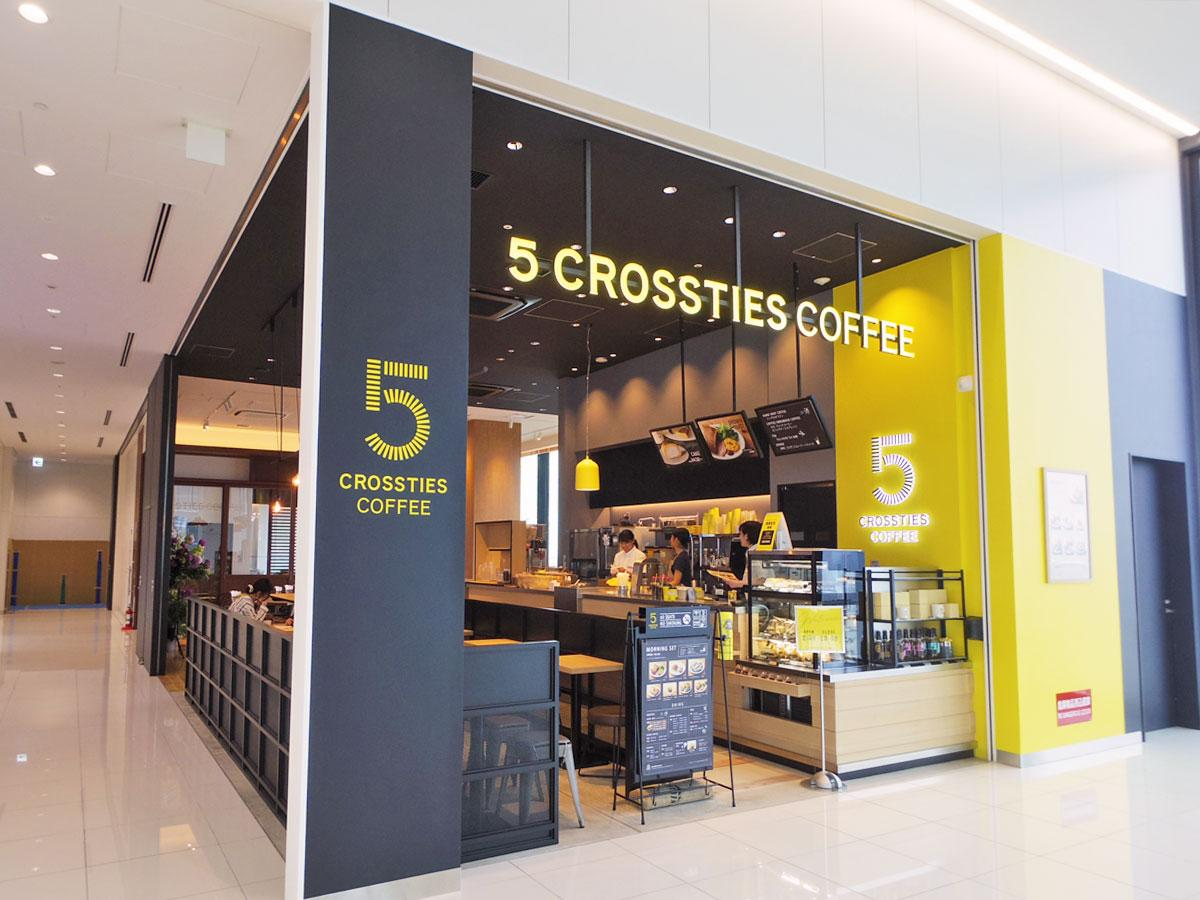 オープンなファサードの「5 CROSSTIES COFFEE」