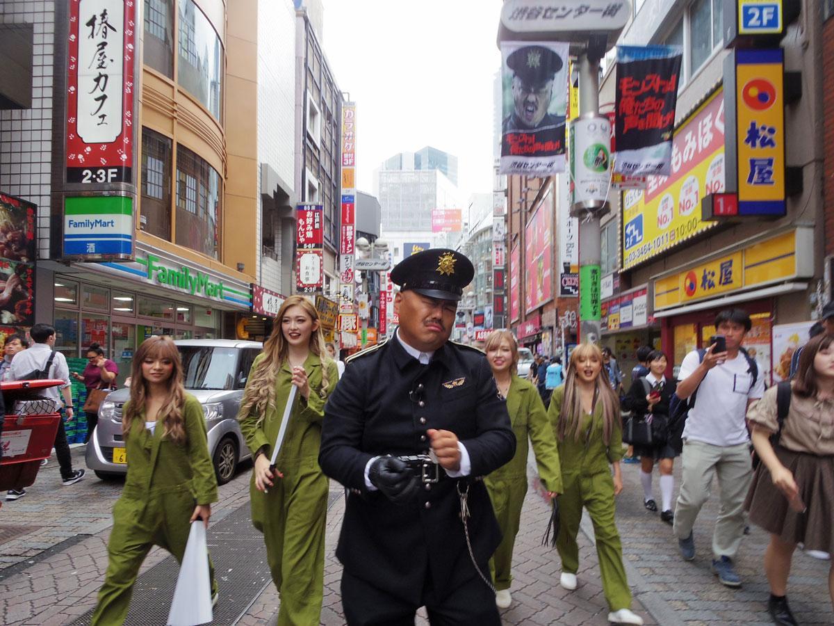 eggモデルたちと渋谷センター街を練り歩くクロちゃん(中央)