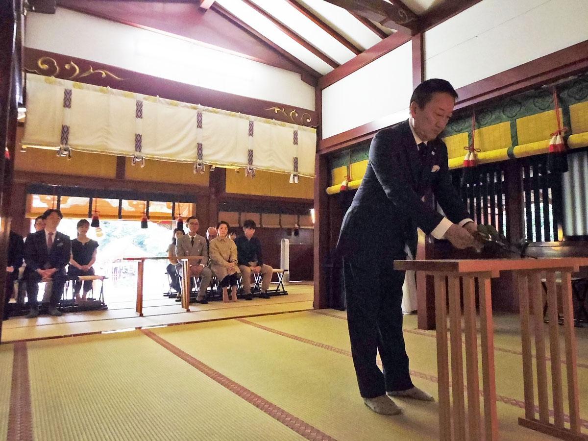 玉串を奉納した大西賢治実行委員長(写真手前)