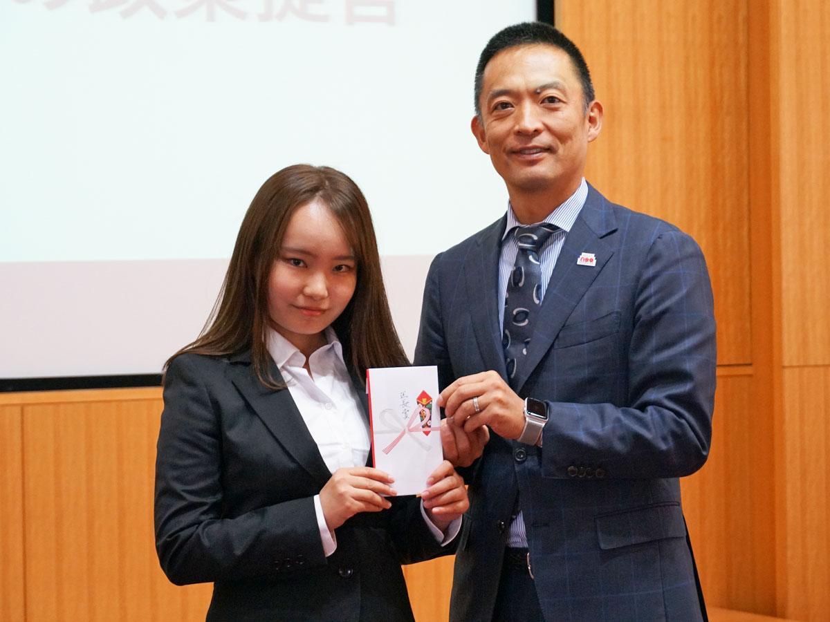 区長賞を受賞した梶山悠莉彩さん(左)と長谷部健渋谷区長
