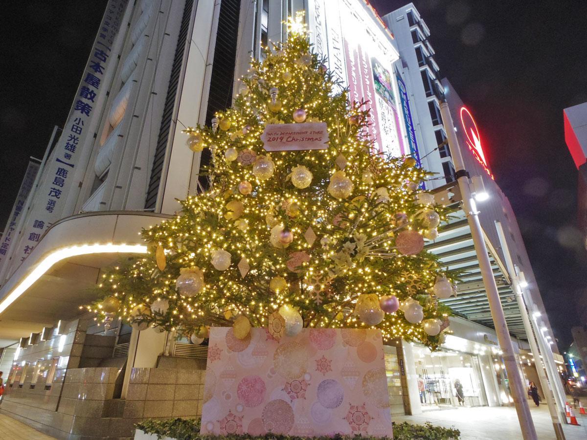 東急本店店頭に登場した高さ約11メートルのツリー