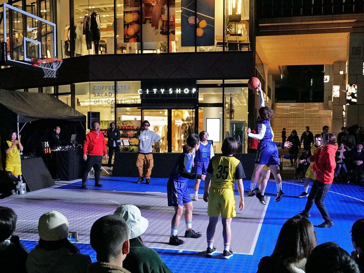 ライトアップされた渋谷キャストを会場にバスケットボールの試合が行われた