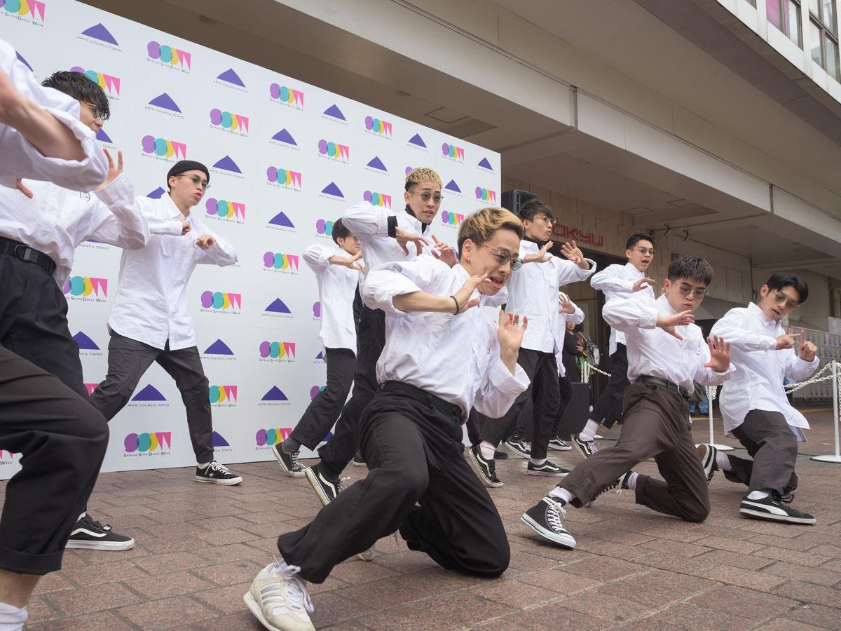 ハチ公前広場でダンスパフォーマンスしたアンバサダーのダンスエンターテイメント集団「GANMI」