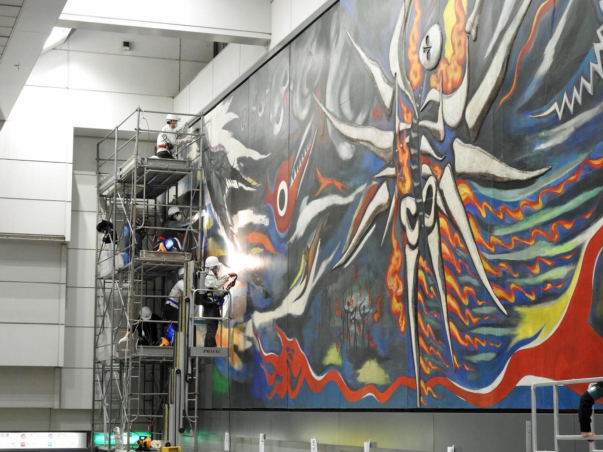 京王・井の頭線の終電後の深夜、足場を組み巨大壁画の清掃活動を行うボランティア