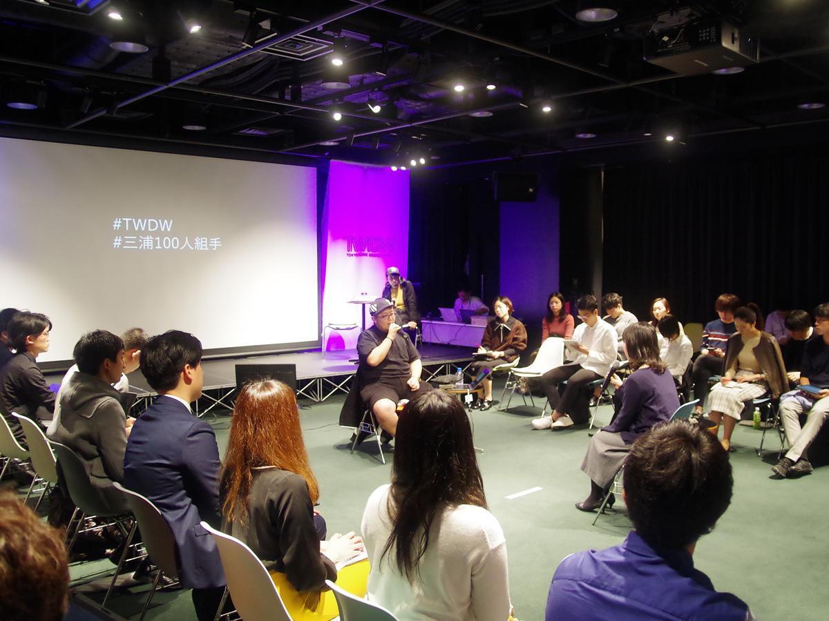 キャンプファイア・スタイルで行われた三浦崇宏さん(中央)のセッション。1人2分の持ち時間で41人の働き方悩みや葛藤に答えていった