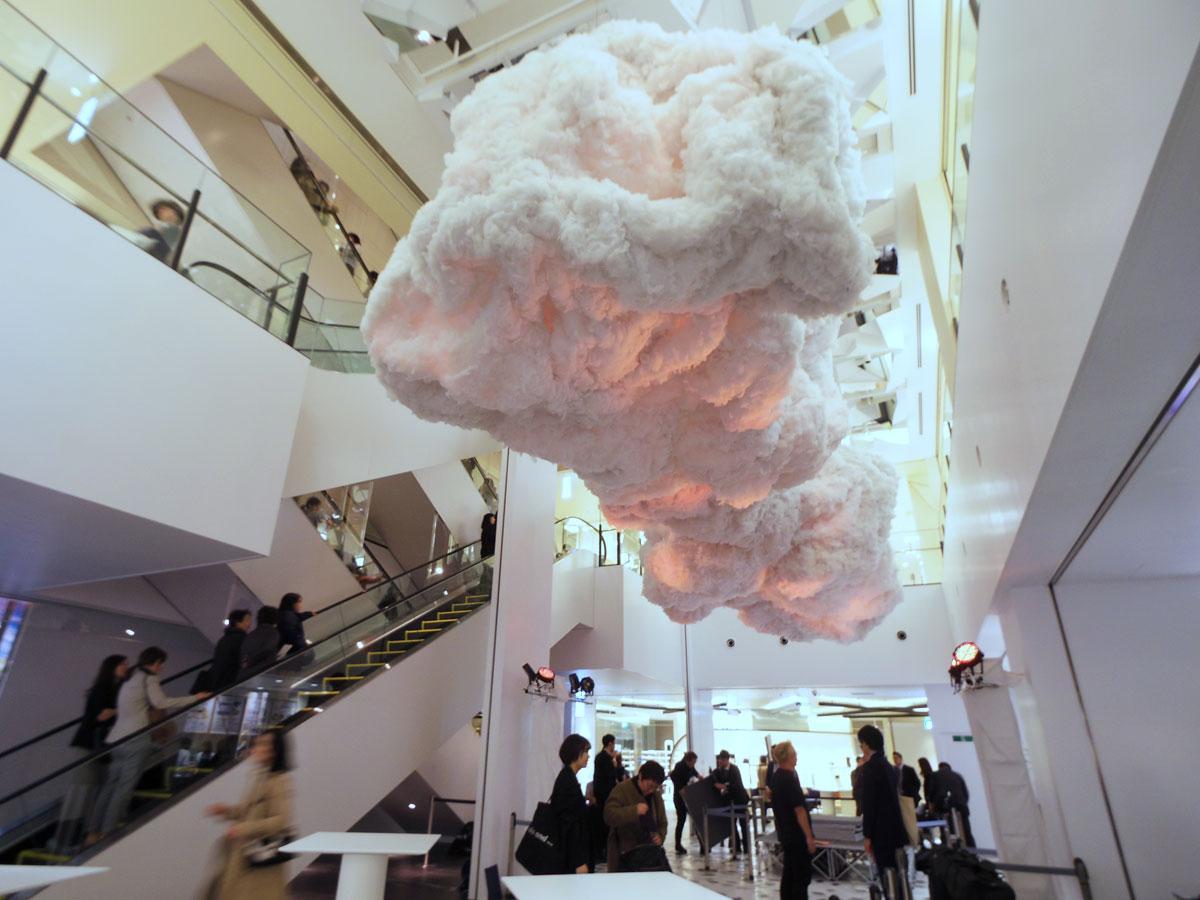 7~8階の吹き抜け空間に登場した雲のインスタレーション「NEO CLOUD」