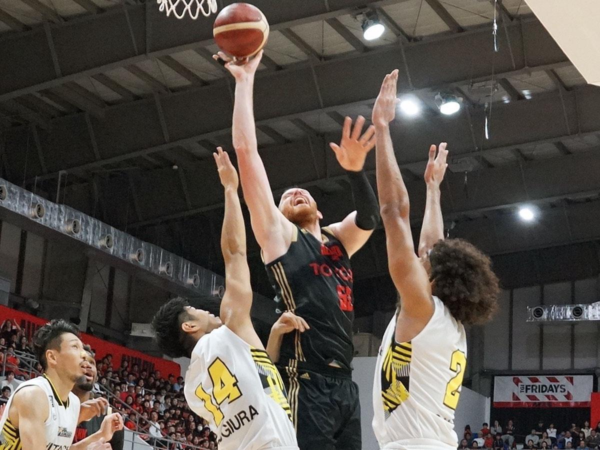 インサイドで強さを見せたアルバルク東京のアレックス・カーク選手(右から2番目)