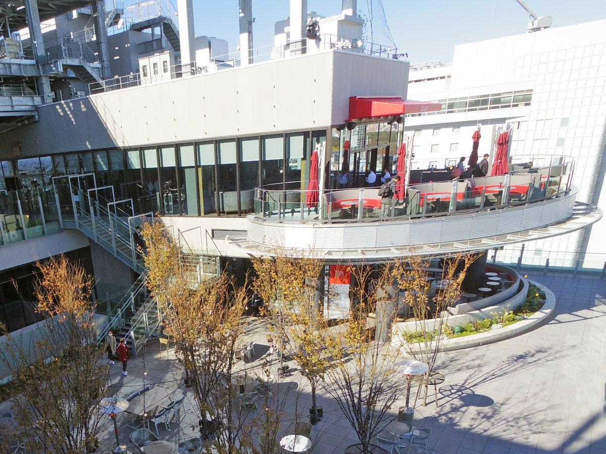 屋上広場に面する「CE LA VI TOKYO」の外観