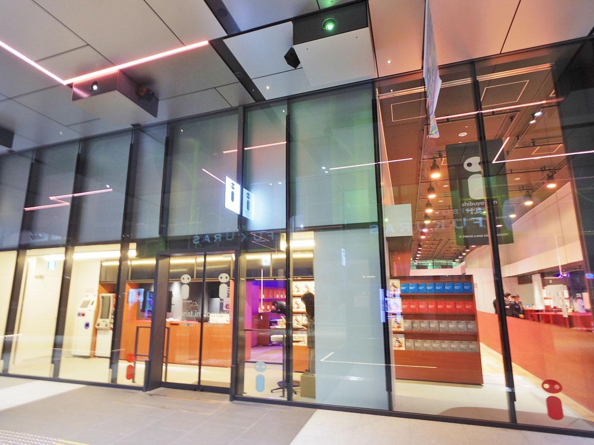 バスターミナルに面した場所に位置する「shibuya-san」の外観