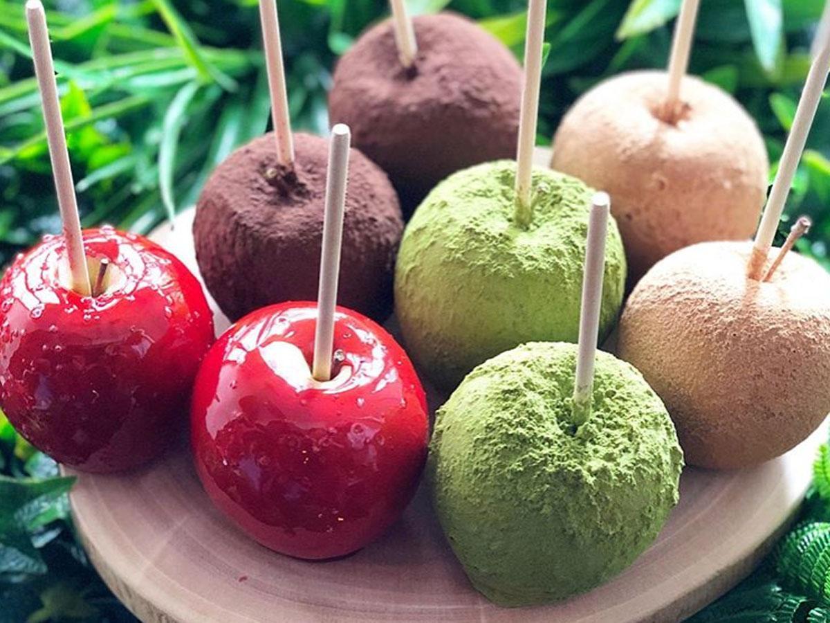 提供するリンゴあめ「キャンディーアップル」