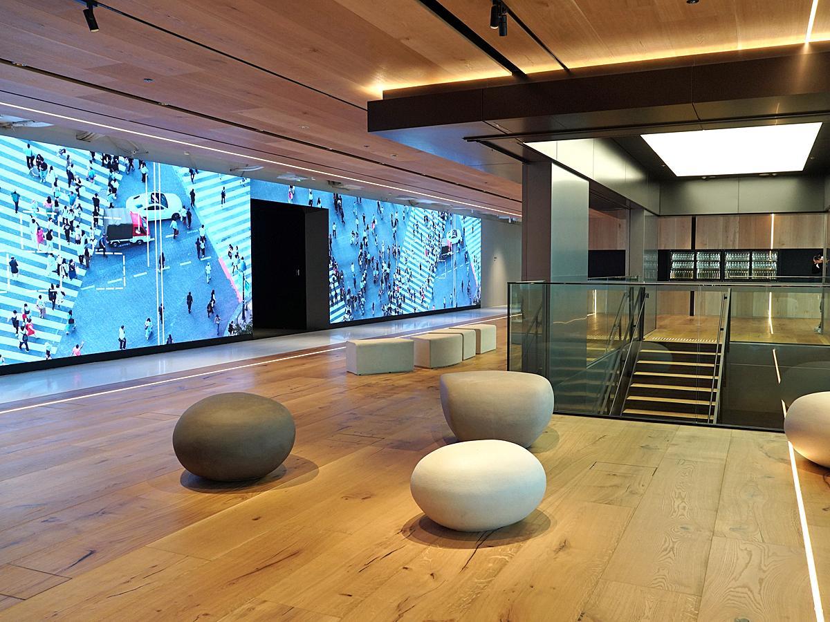 壁面に24メートルの巨大LEDパネルを設置する36階のエントランス