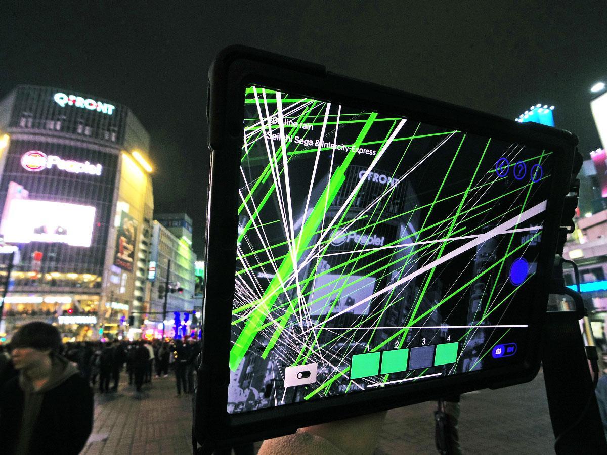 スクランブル交差点に雨のようにラインが降り注ぐ作品が見られる渋谷駅ハチ公前広場