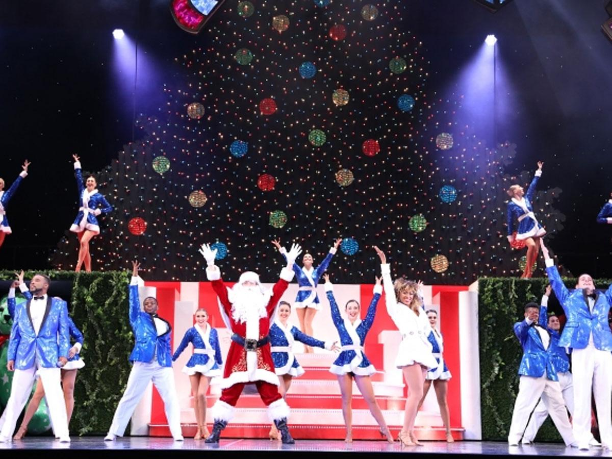 巨大なツリーなどを装飾する舞台で繰り広げられるクリスマスショー