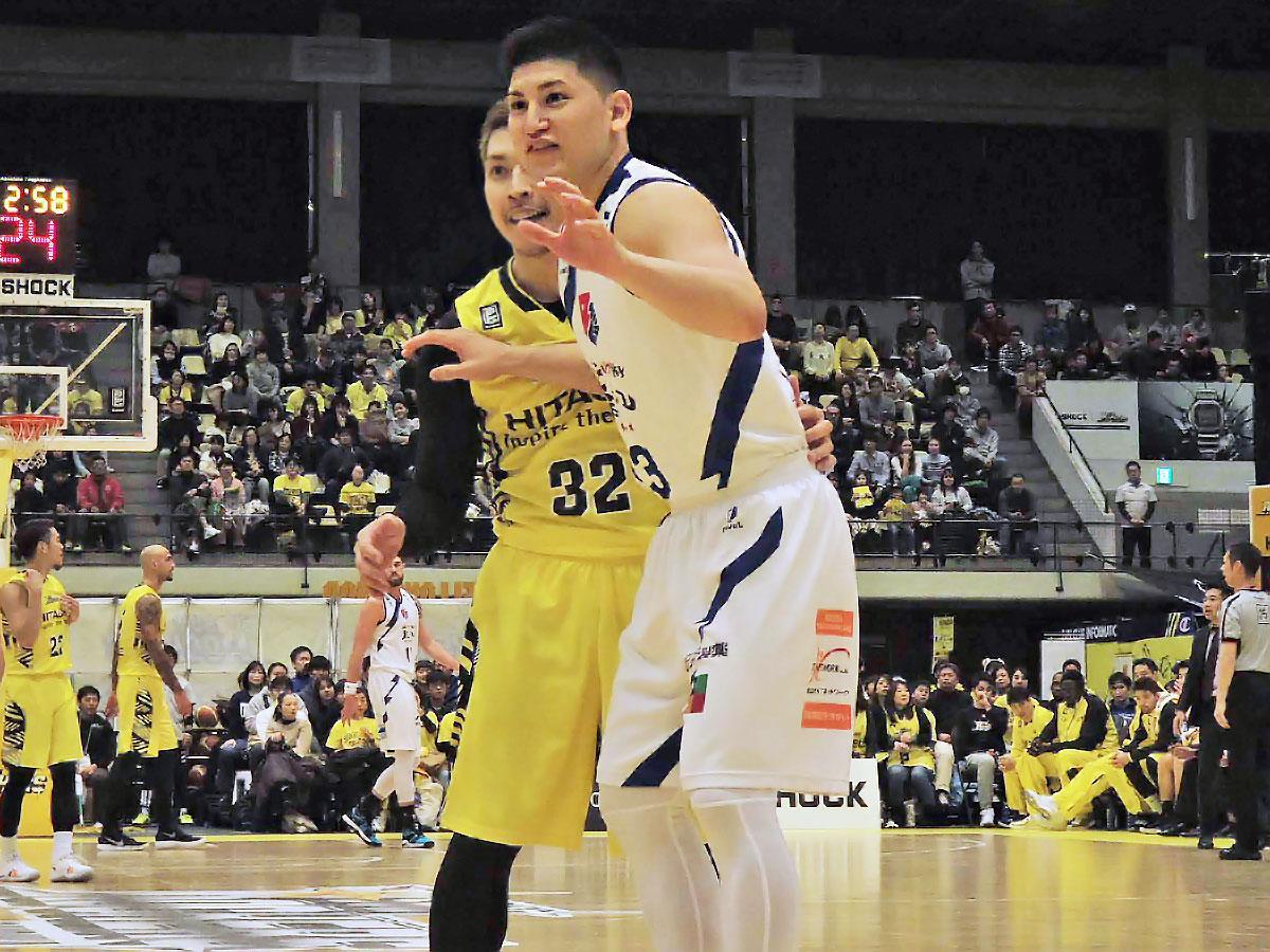 アルバルク東京に入団が決まった津山尚大選手(中央右)。昨シーズンはライジングゼファー福岡でプレーしていた