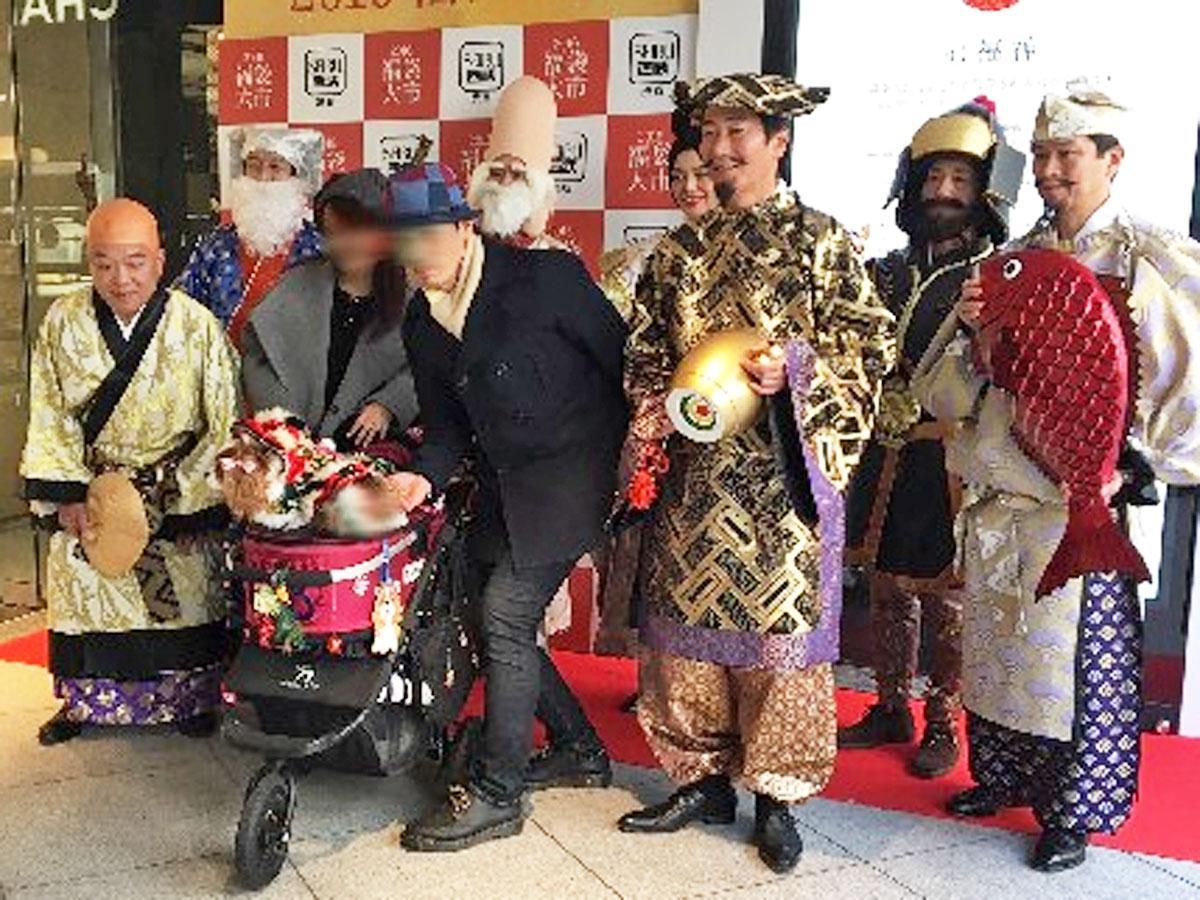 元日には店長ら従業員が七福神に扮して来店客を迎える(写真は過去実施時の様子)