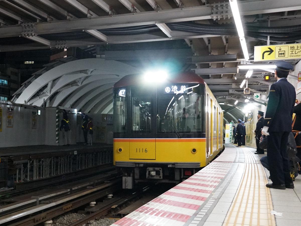 ホームなどに多くの鉄道ファンも詰め掛け、「最後の列車」を見届けた(画像=読者提供)