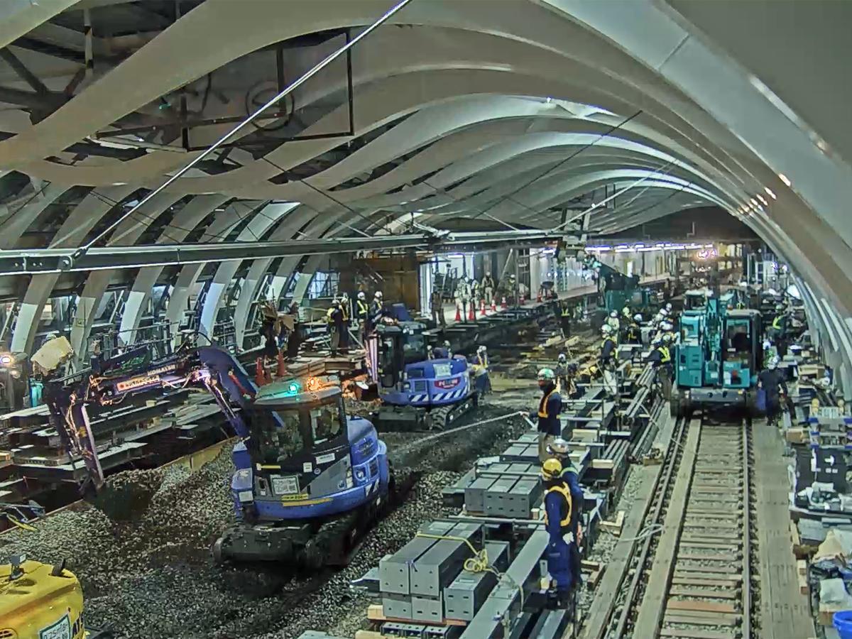 28日未明に始まった既存線路撤去作業の様子(画像=東京メトロ提供の動画より)