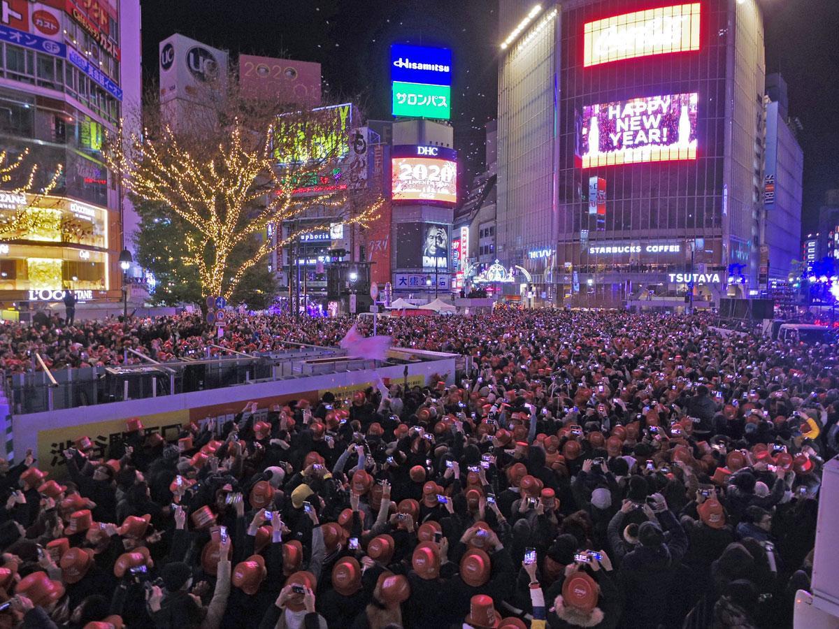 10万8500人が新年を祝った渋谷駅前スクランブル交差点