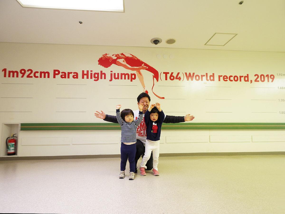 パラ男子高跳びの世界記録1メートル92センチを可視化したアートウオール(中央は手掛けたアートディレクターの水谷孝次さん)