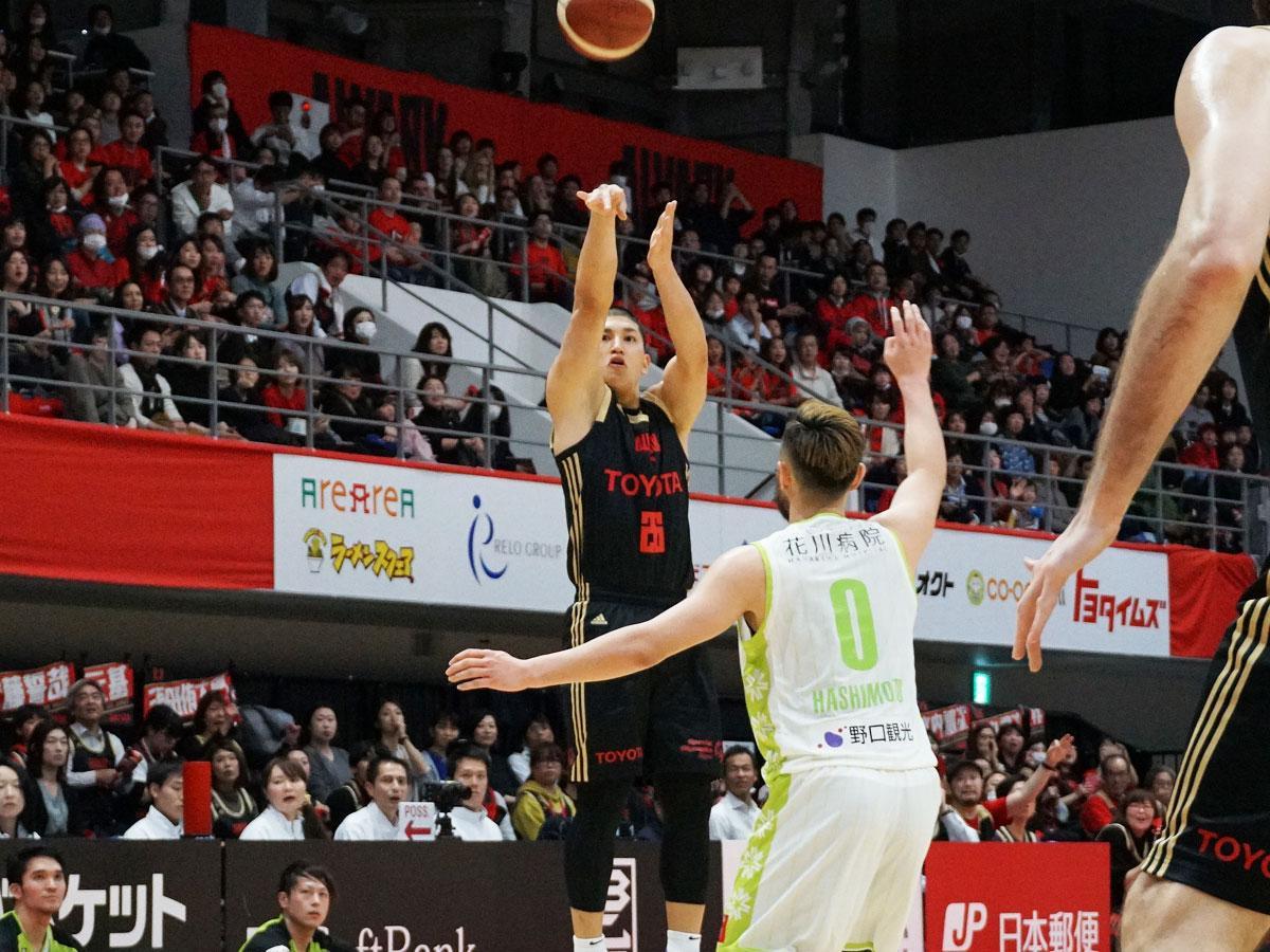 今季初出場で持ち味の3ポイントシュート2本を含め8得点を挙げた津山尚大選手(中央奥)