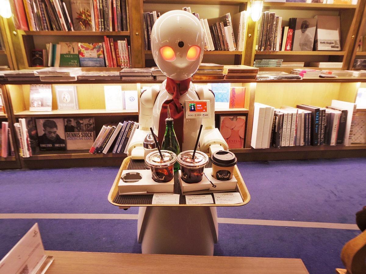 テーブルに注文品を運ぶ「OriHime-D」