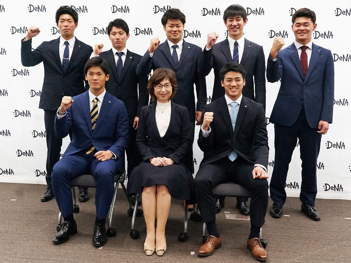 南場智子会長(前列中央)と新入団選手たち