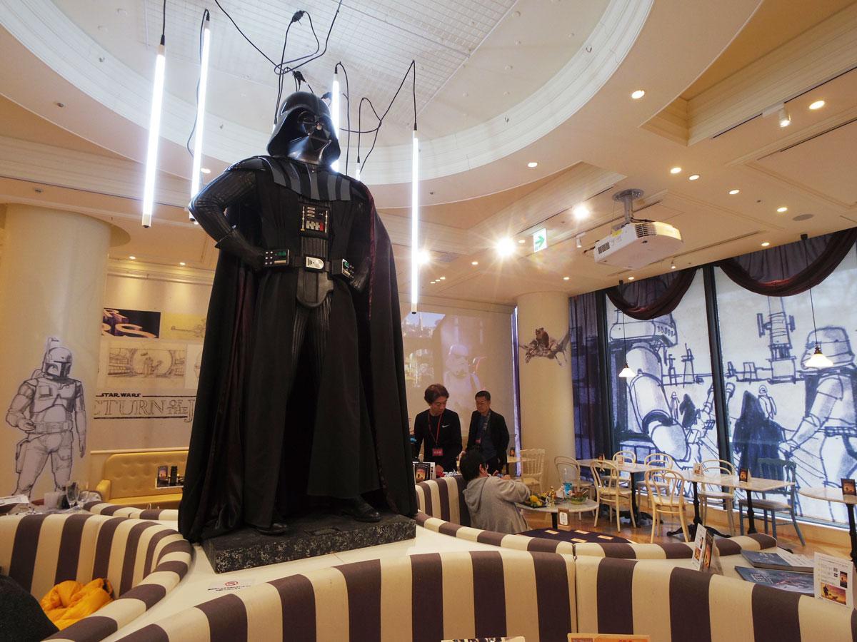 ダース・ベイダーが出迎える店内&©&TM Lucasfilm ltd.